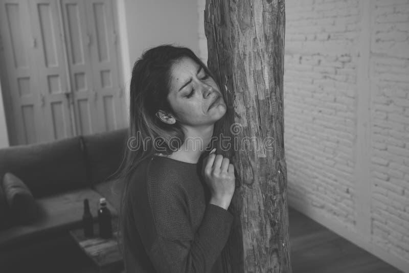 Víctima de la mujer de la sensación de la violencia doméstica y del abuso sola y deprimida imagenes de archivo
