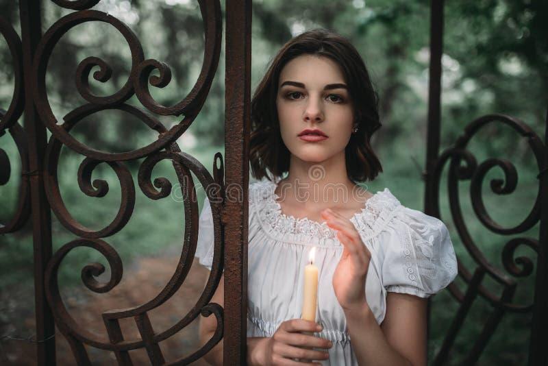 Víctima en las puertas del cementerio viejo en bosque foto de archivo libre de regalías