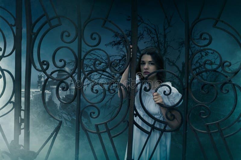 Víctima femenina en las puertas del cementerio viejo imagenes de archivo