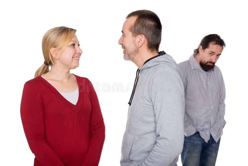 Víctima que atesta detrás de dos personas imagenes de archivo