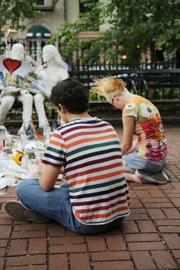 Víctimas de la masacre de Orlando del honor de los deudos en el monumento gay de la liberación en Christopher Park fotografía de archivo libre de regalías