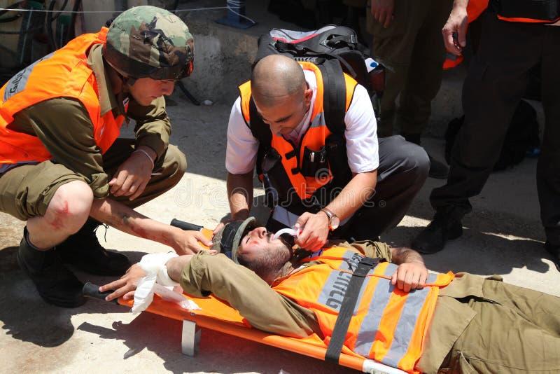 Víctimas do ataque do foguete do salvamento dos paramédicos da prisão em Carmel Prison fotografia de stock