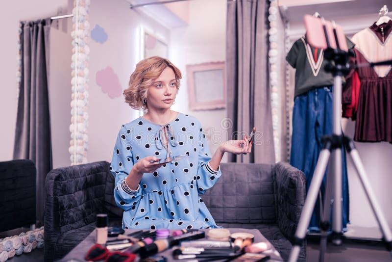 Vídeo de la película del blogger de la belleza y de la moda sobre tutorial del maquillaje fotografía de archivo