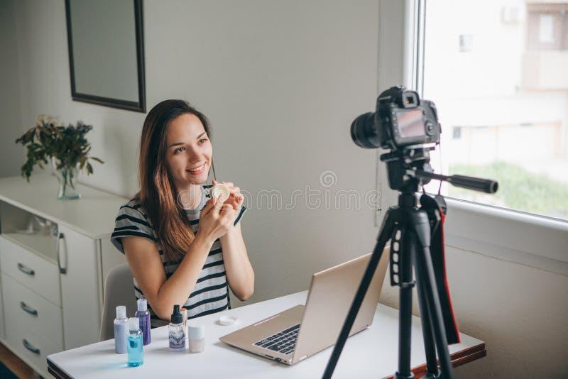 Vídeo de los expedientes del videoblogger de la muchacha imagenes de archivo