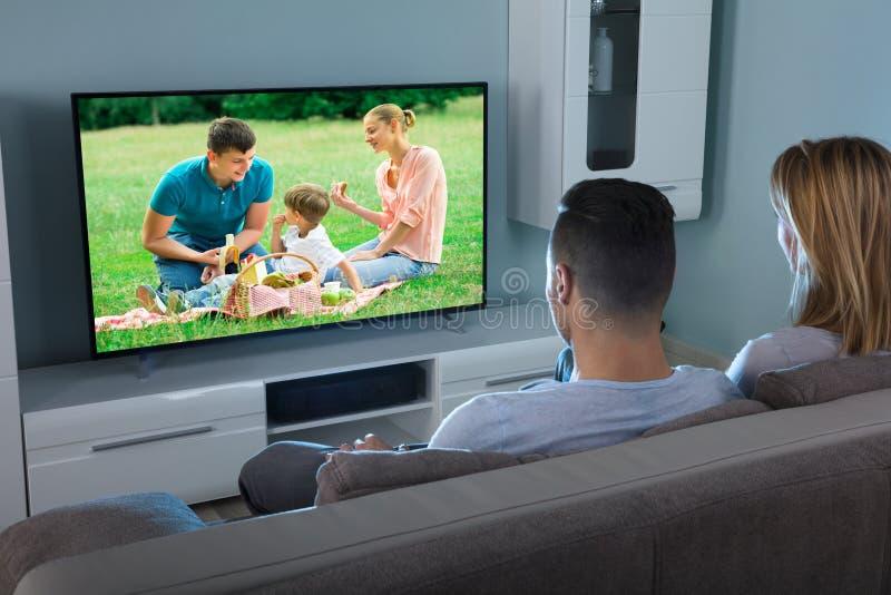 Vídeo de observação dos pares na televisão imagem de stock