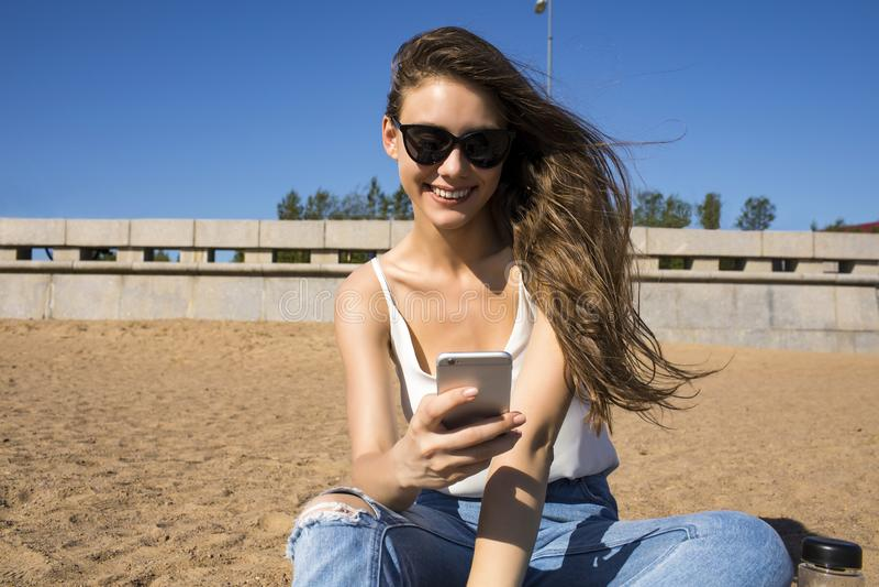 Vídeo de observación femenino feliz en smartphone imagen de archivo libre de regalías