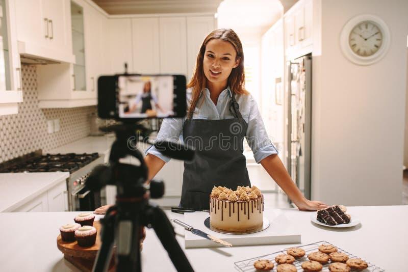 Vídeo de registración del vlogger de la mujer para el canal de la comida imagen de archivo libre de regalías