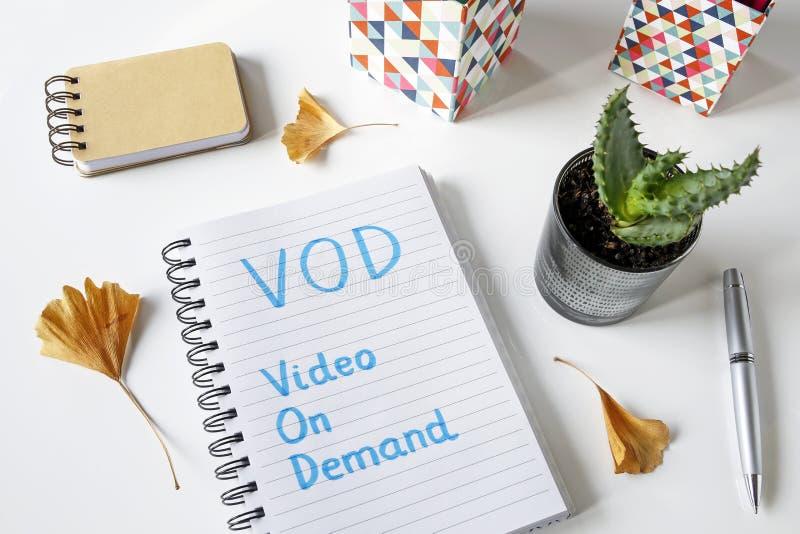Vídeo de VOD a pedido escrito en cuaderno fotos de archivo