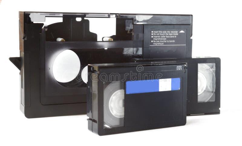 Vídeo del adaptador a la cámara de vídeo y a dos casetes foto de archivo libre de regalías