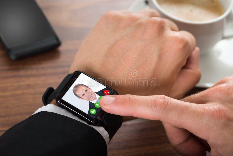 Vídeo do homem de negócios que chama usando o smartwatch foto de stock royalty free