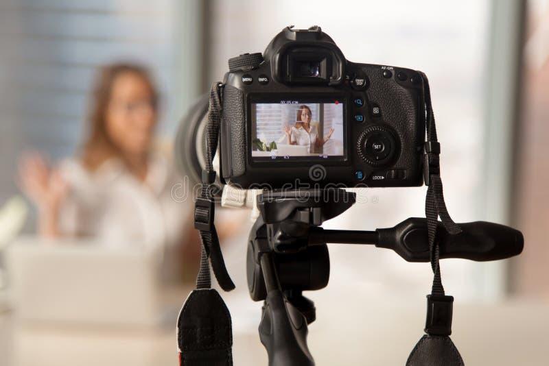 Vídeo do negócio da gravação na câmera moderna de DSLR imagens de stock