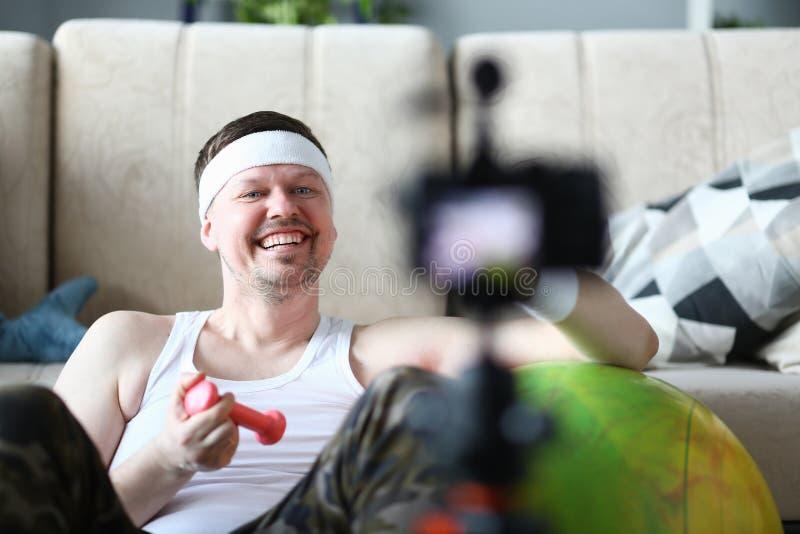 Vídeo feliz do esporte da gravação do desportista na câmera imagens de stock royalty free