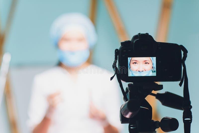 Vídeo hermoso alegre del vlog de la grabación del doctor de la mujer sobre medicina y atención sanitaria imágenes de archivo libres de regalías