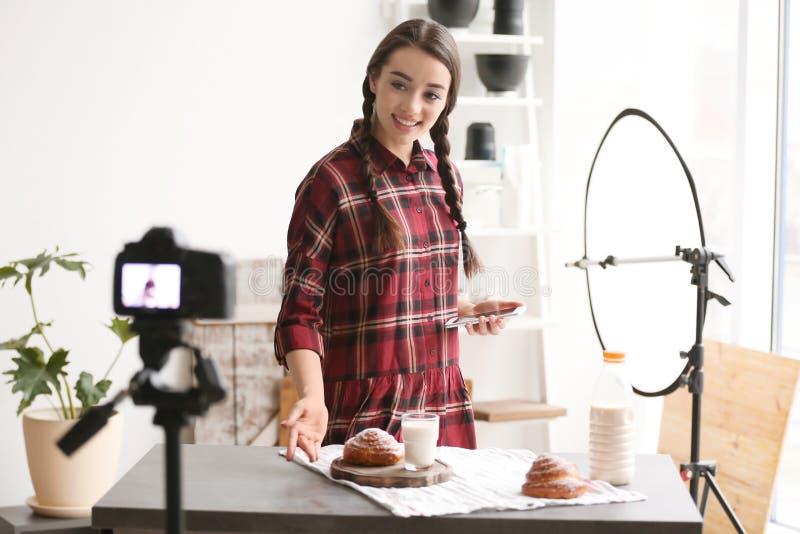 Vídeo novo da gravação do blogger do alimento na câmera imagem de stock