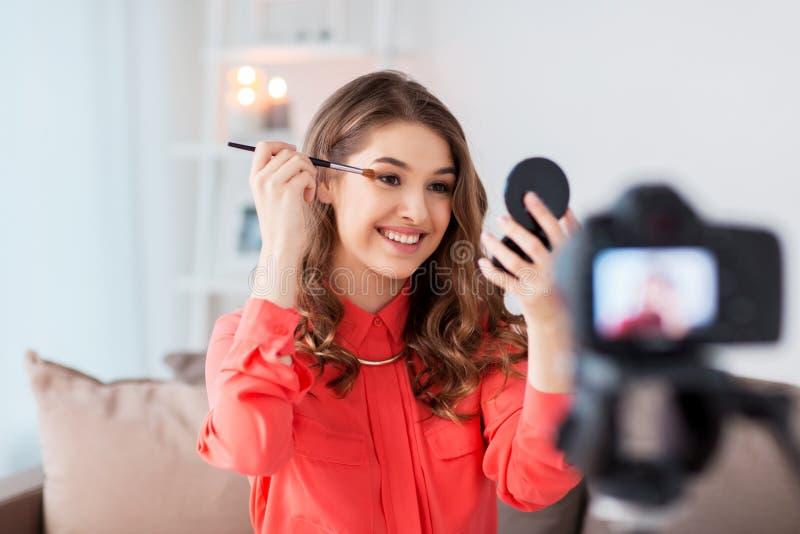 Vídeo preceptoral del maquillaje del ojo de la grabación de la mujer en casa imagen de archivo libre de regalías