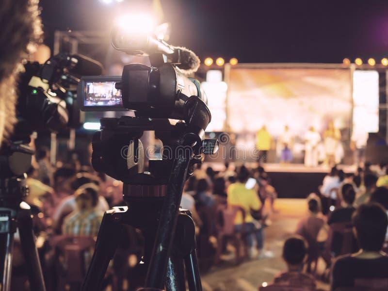 Vídeo profissional da gravação da câmara digital no festival do concerto da música imagens de stock