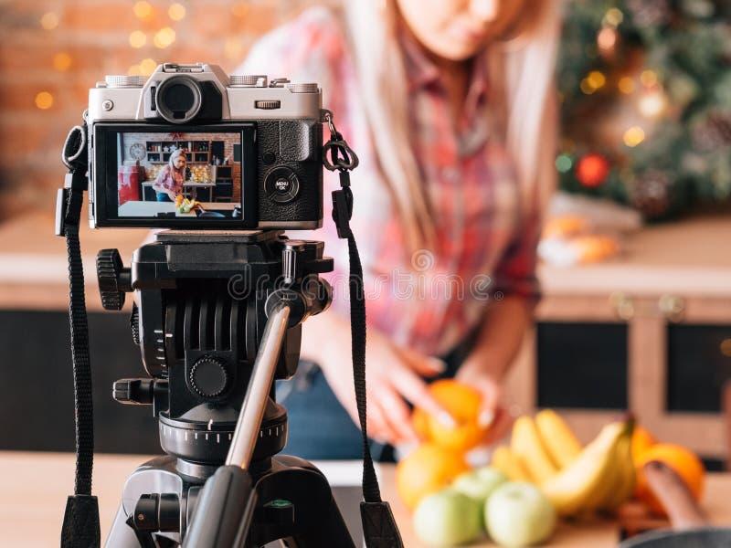 Vídeo saudável da gravação do blogger da nutrição de Vlog foto de stock royalty free