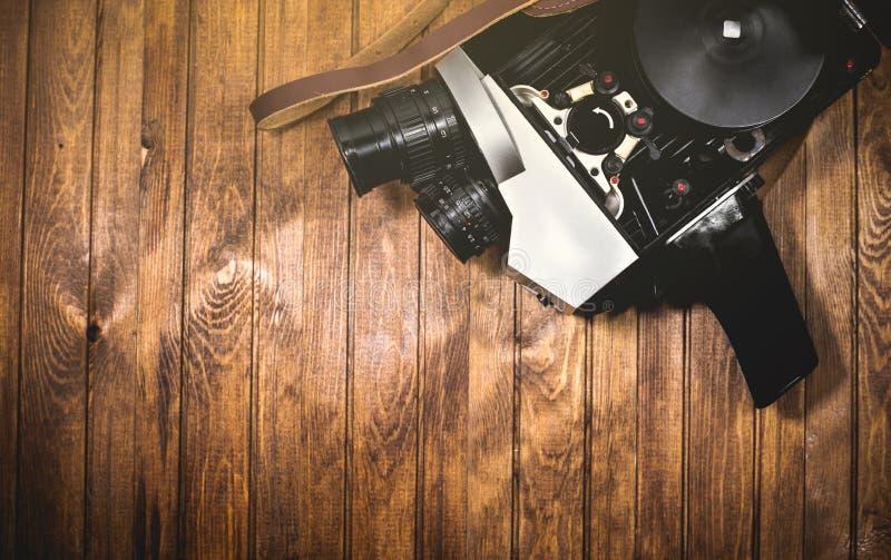 Vídeocamera retrô em quadro de madeira imagens de stock royalty free