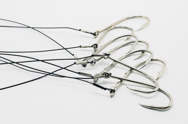 Vínculo del gancho de pesca confeccionado, atado en el cable de acero imagen de archivo libre de regalías