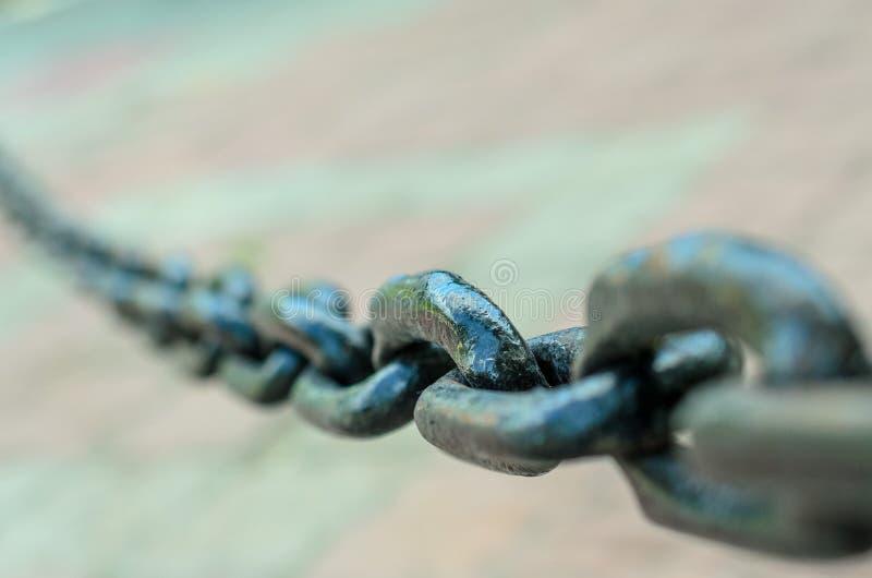 Vínculos grandes de la cadena oscura del metal en la calle del sity, primer fotografía de archivo