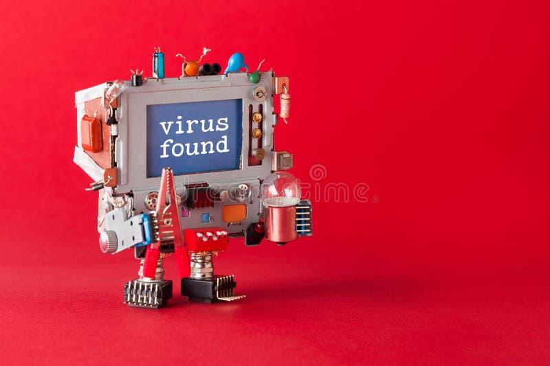 Vírus encontrado e conceito da segurança do cyber Trabalhador manual do robô da tevê com alicates e ampola nas mãos Spyware da me foto de stock