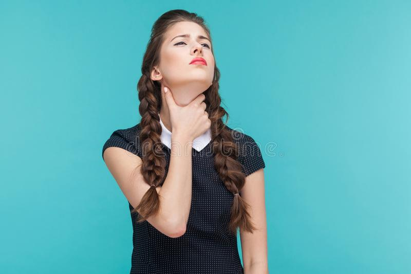 Vírus, humor mau A mulher bem vestido tem a dor no pescoço foto de stock