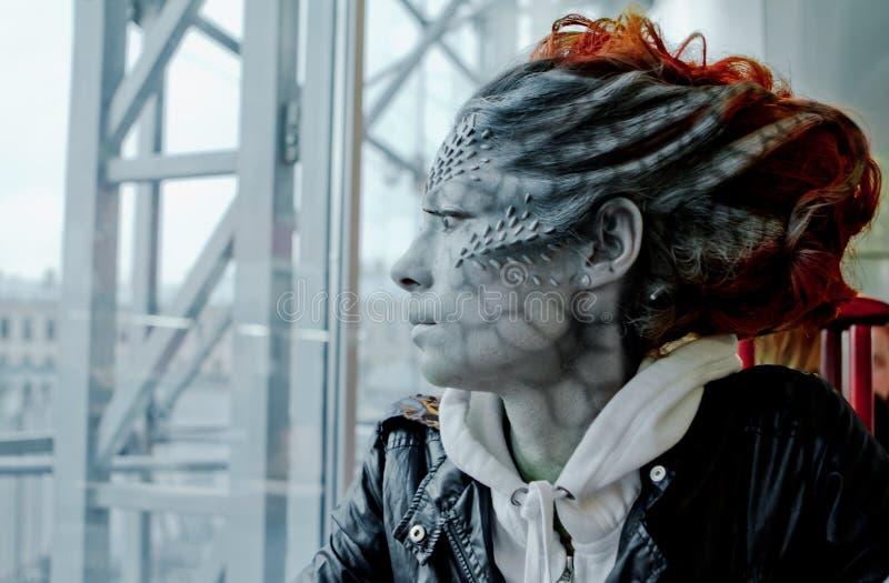 Víspera de Todos los Santos Dragón de la mujer de la fantasía en la calle imagen de archivo