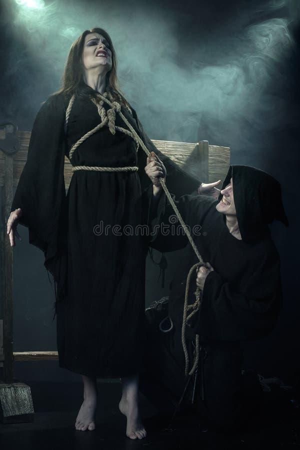 Víspera de Todos los Santos El monje ejecutó a la bruja Las Edades Medias foto de archivo