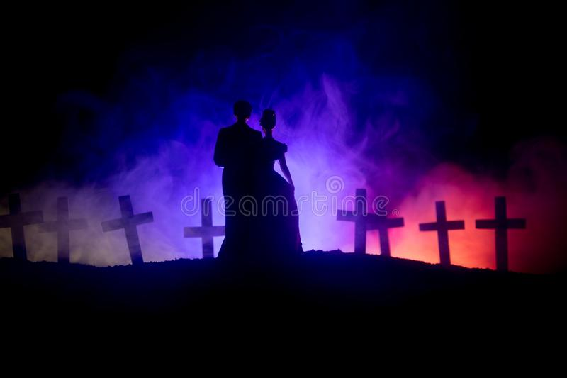 Víspera de Todos los Santos La novia asustadiza del zombi en un cementerio de la noche sostiene una linterna de la calabaza fotografía de archivo