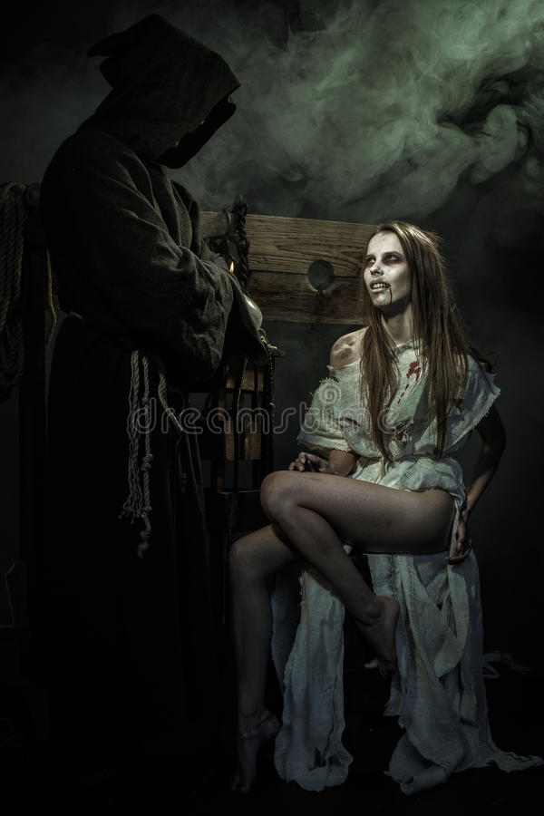 Víspera de Todos los Santos Las Edades Medias La bruja seduce a un monje fotos de archivo