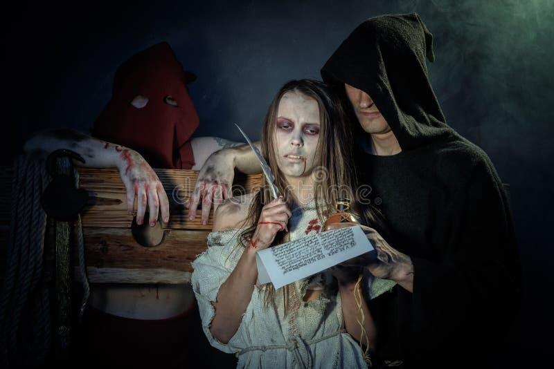 Víspera de Todos los Santos Las Edades Medias Muestra de la bruja un veredicto del Inquisit fotos de archivo libres de regalías