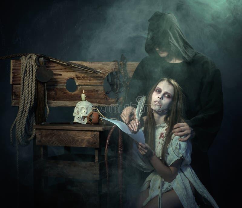Víspera de Todos los Santos Las Edades Medias Muestra de la bruja un veredicto del Inquisit imagen de archivo