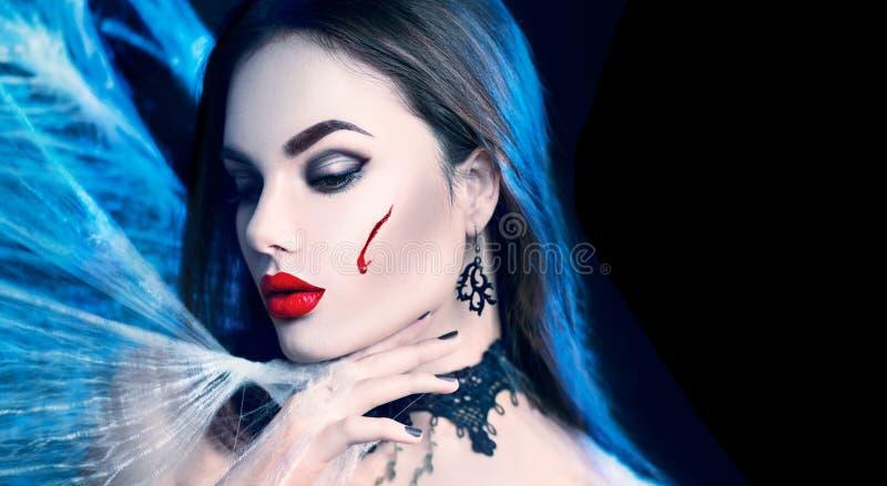 Víspera de Todos los Santos Mujer atractiva del vampiro de la belleza imagen de archivo