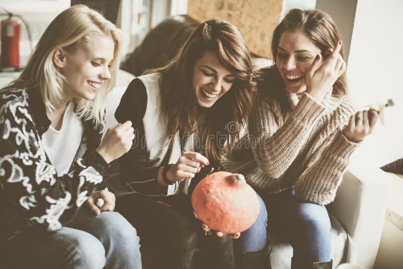 Víspera de Todos los Santos Tres amigos se están preparando para Halloween fotos de archivo libres de regalías