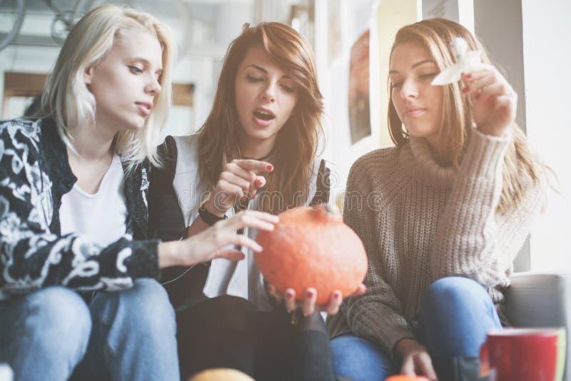 Víspera de Todos los Santos Tres amigos se están preparando para Halloween imagenes de archivo