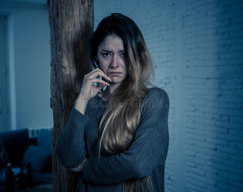Vítima da mulher de sentimento da violência doméstica e do abuso sozinho e deprimido fotos de stock