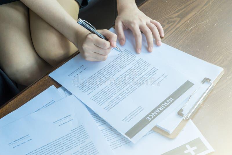 Vóór de verzekering zou het contract zorgvuldig moeten lezen stock fotografie