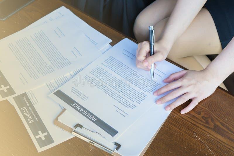 Vóór de verzekering zou het contract zorgvuldig moeten lezen royalty-vrije stock foto