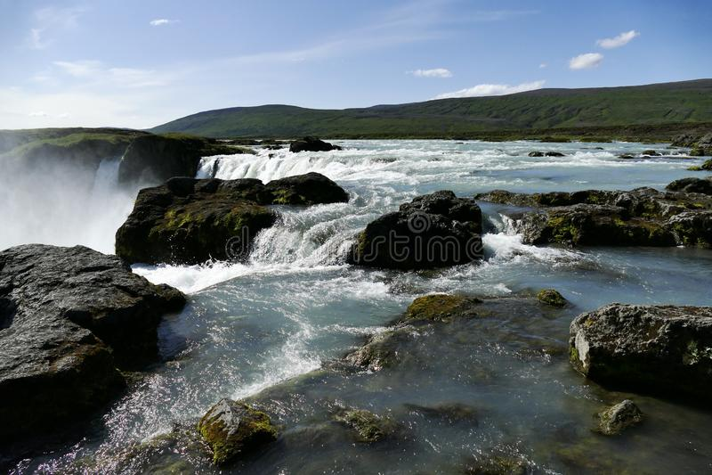 Vóór Fall River onmiddellijk boven Godafoss-waterval, IJsland stock afbeelding