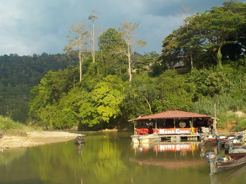 Vóór het vallen van de avond Drijvende restaurants op de rivier, het Nationale Park van Taman Negara, Maleisië stock foto