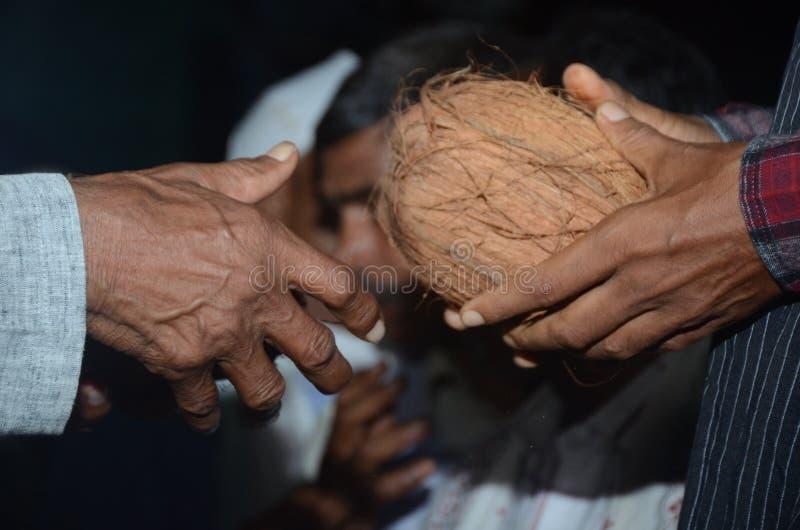 Vóór traditionele regel van huwelijks de tweepersoons veranderende kokosnoten in Hindoese huwelijken royalty-vrije stock fotografie