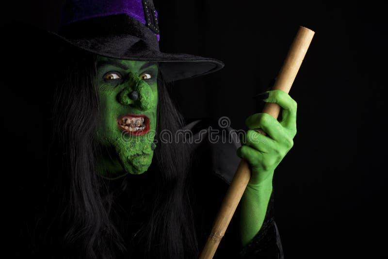 Vôo assustador da bruxa em seu broomstick. imagens de stock royalty free