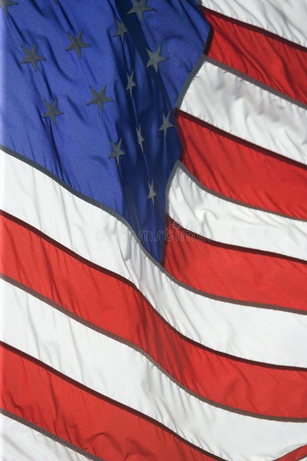 Vôo da bandeira americana orgulhosa em um dia ventoso imagem de stock royalty free