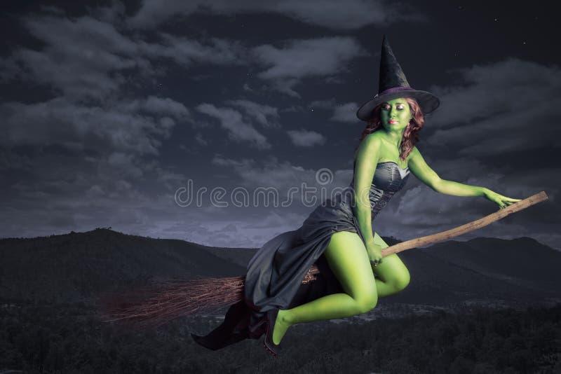 Vôo da bruxa de Halloween no broomstick imagem de stock royalty free
