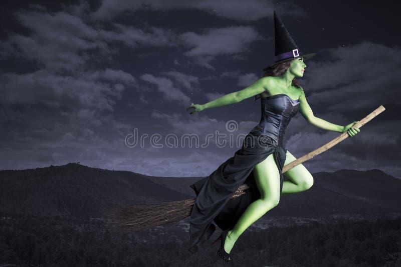 Vôo da bruxa de Halloween no broomstick imagens de stock