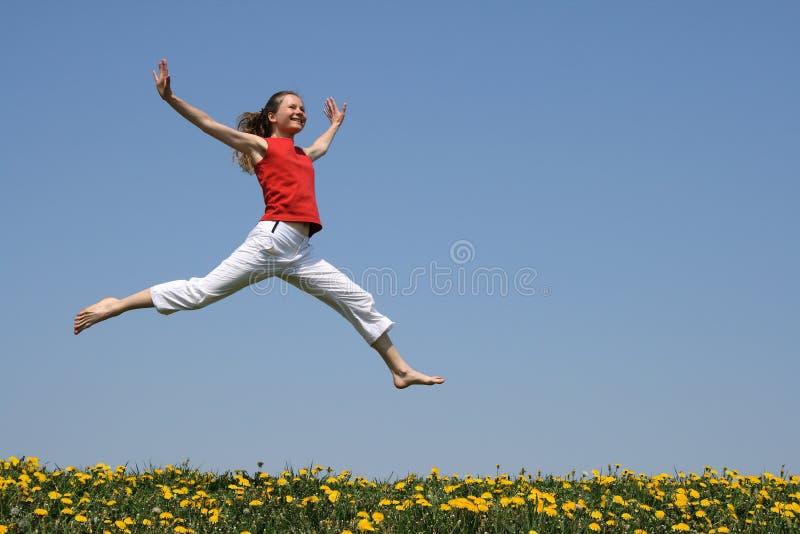 Vôo da menina em um salto imagens de stock