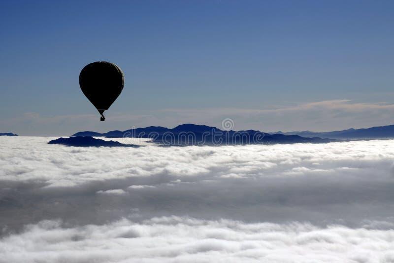 Vôo da silhueta do ballon do ar quente fotos de stock royalty free