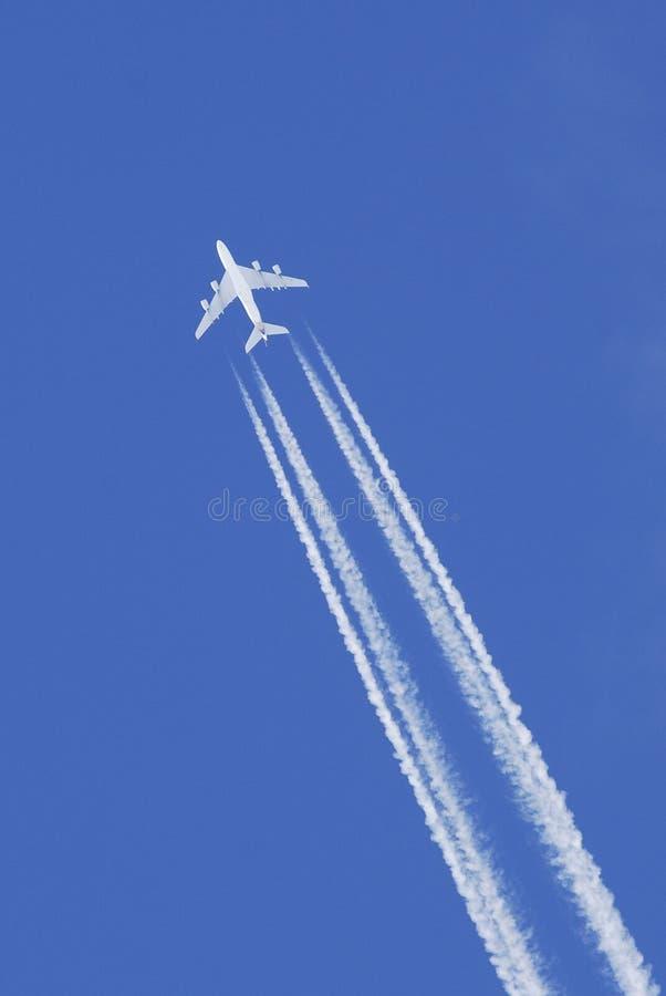 Vôo do avião no céu azul fotografia de stock royalty free