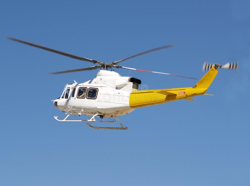 Vôo do helicóptero foto de stock