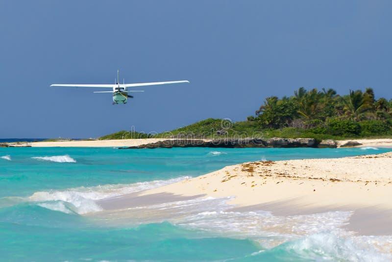 Vôo plano do turista sobre a praia do Cararibe foto de stock